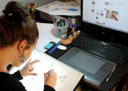 графический дизайнер за работой